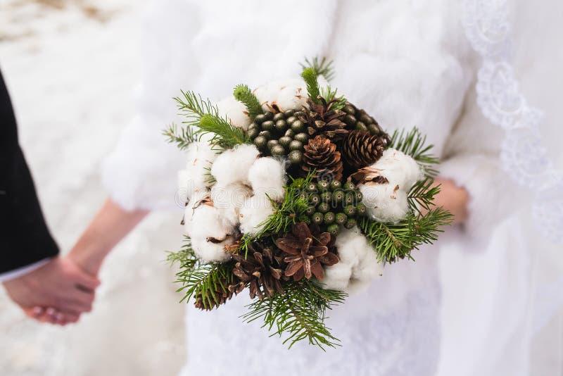 Ramo hermoso de la boda del invierno con los conos imagen de archivo