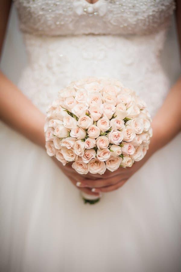 Ramo hermoso de la boda en las manos de la novia fotos de archivo