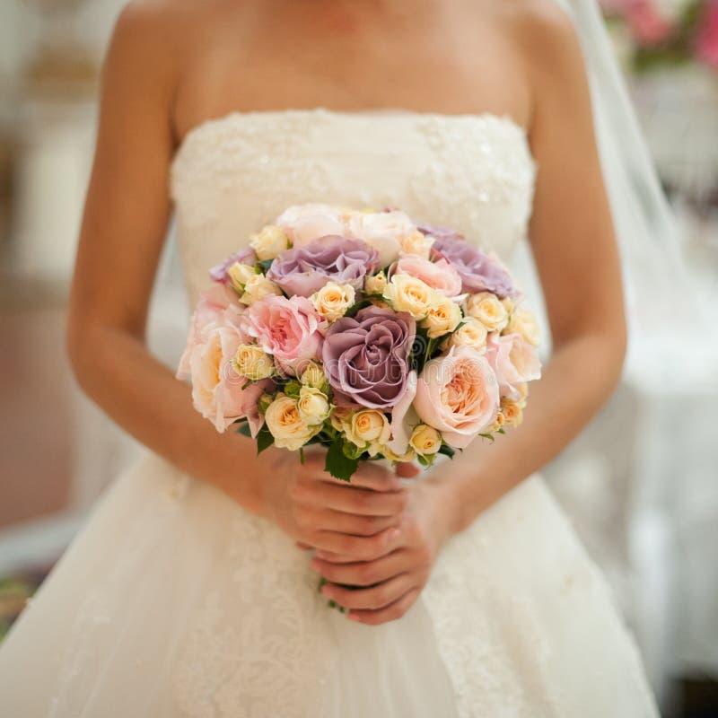 Ramo hermoso de la boda en las manos de la novia foto de archivo