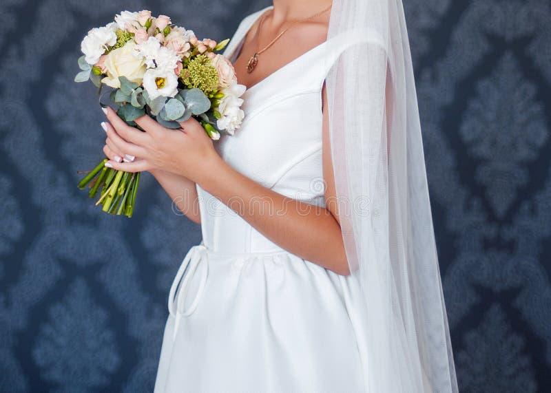 Ramo hermoso de la boda en las manos de la novia imagen de archivo libre de regalías