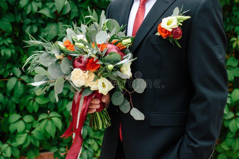 Ramo hermoso de la boda en las manos del novio fotos de archivo libres de regalías