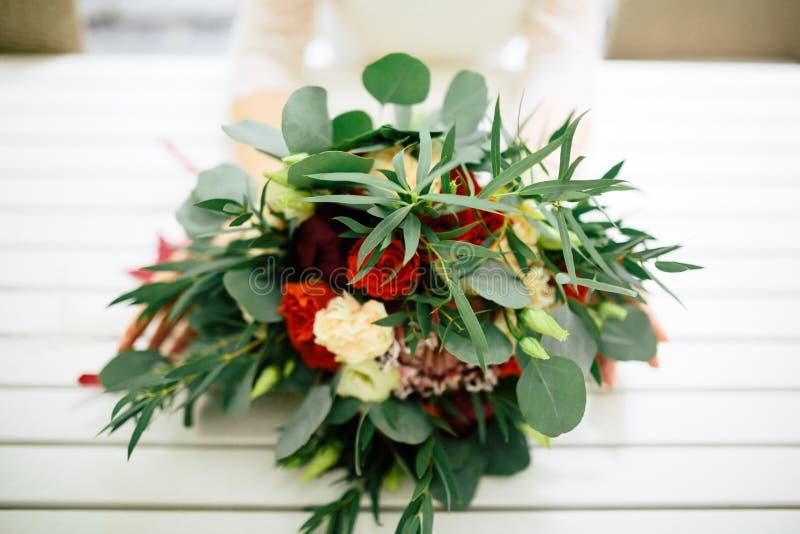Ramo hermoso de la boda en las manos de la novia fotografía de archivo