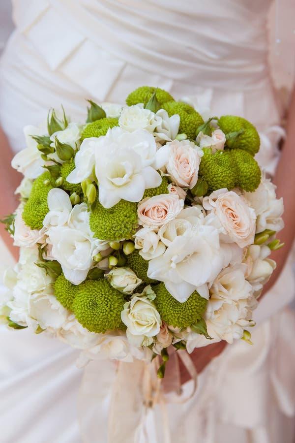Ramo hermoso de la boda en manos de la novia imágenes de archivo libres de regalías