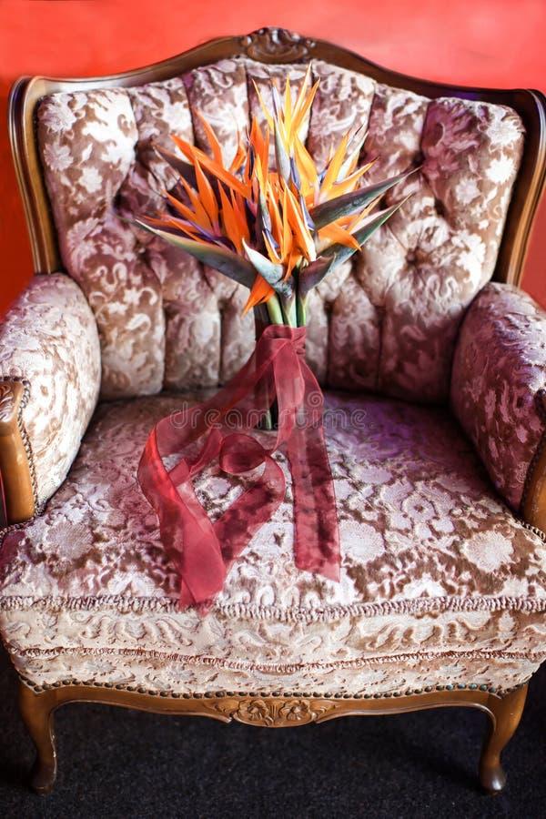 Ramo hermoso de la boda en una silla rosada fotografía de archivo
