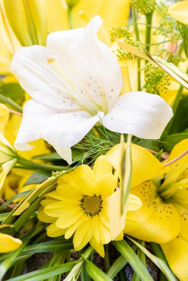 Ramo hermoso de lirios amarillos y blancos y de crisantemos imagenes de archivo