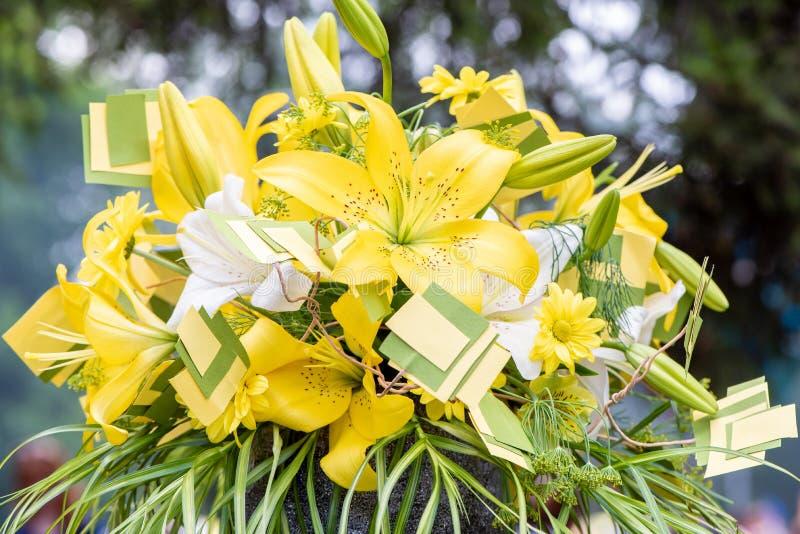 Ramo hermoso de lirios amarillos y blancos y de crisantemos imagen de archivo