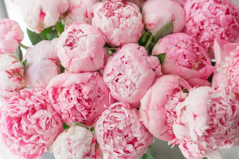 Ramo hermoso de peonías rosadas Composición floral, luz del día wallpaper Flores preciosas en el florero de cristal fotografía de archivo libre de regalías