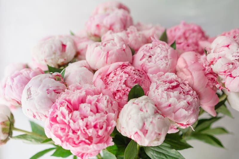Ramo hermoso de peonías rosadas Composición floral, luz del día wallpaper Flores preciosas en el florero de cristal foto de archivo libre de regalías