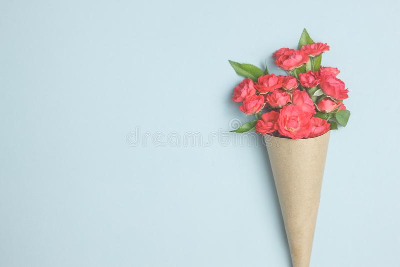 Ramo hermoso de pequeñas rosas rojas en documento del vintage sobre la tabla fotos de archivo libres de regalías