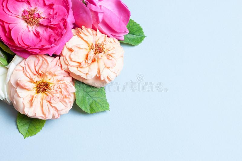 Ramo hermoso de pequeñas rosas rojas en documento del vintage sobre la tabla foto de archivo libre de regalías