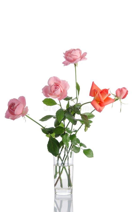 Ramo hermoso de rosas en un florero de cristal imagen de archivo libre de regalías