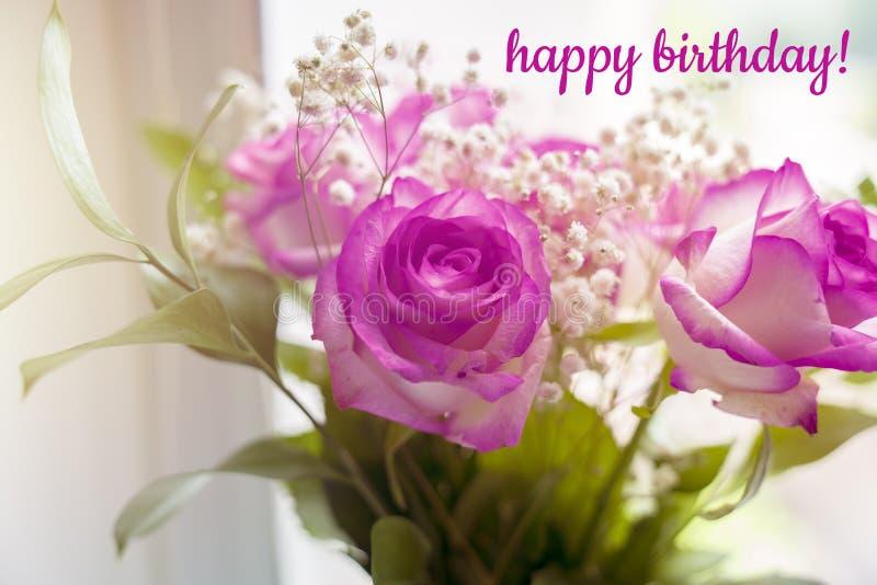 Ramo hermoso de rosas en una ventana con feliz cumpleaños del texto imagenes de archivo