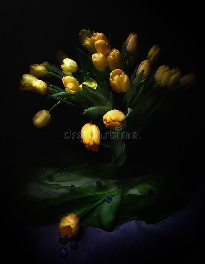 Ramo hermoso de tulipanes amarillos imagen de archivo