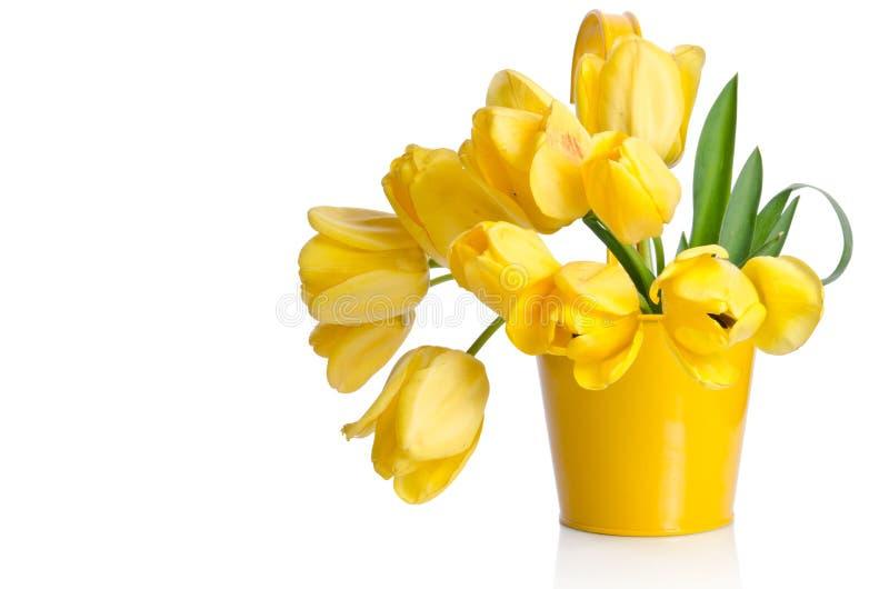 Ramo hermoso de tulipanes amarillos en un pote imagen de archivo libre de regalías