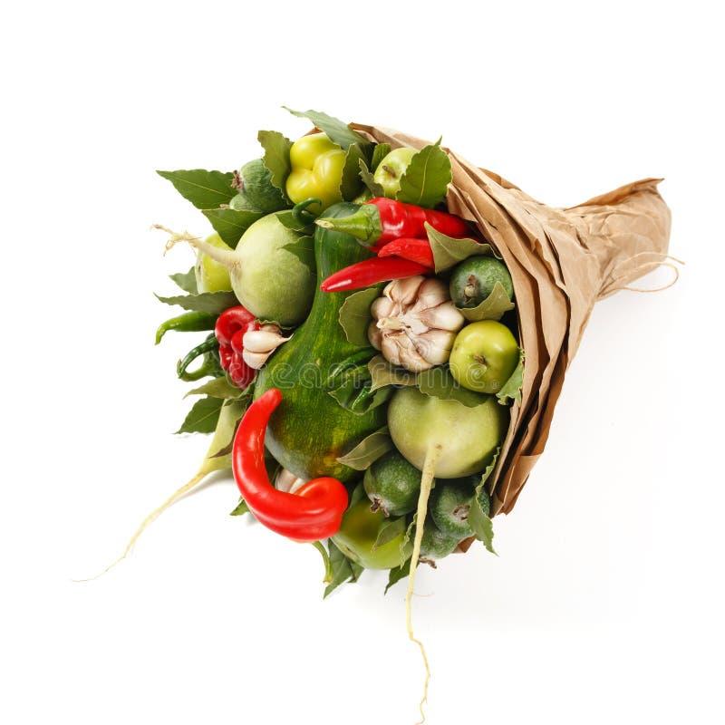 Ramo hermoso de verduras jugosas tales como calabaza, pimienta, ajo, hoja de laurel en un fondo blanco imagen de archivo
