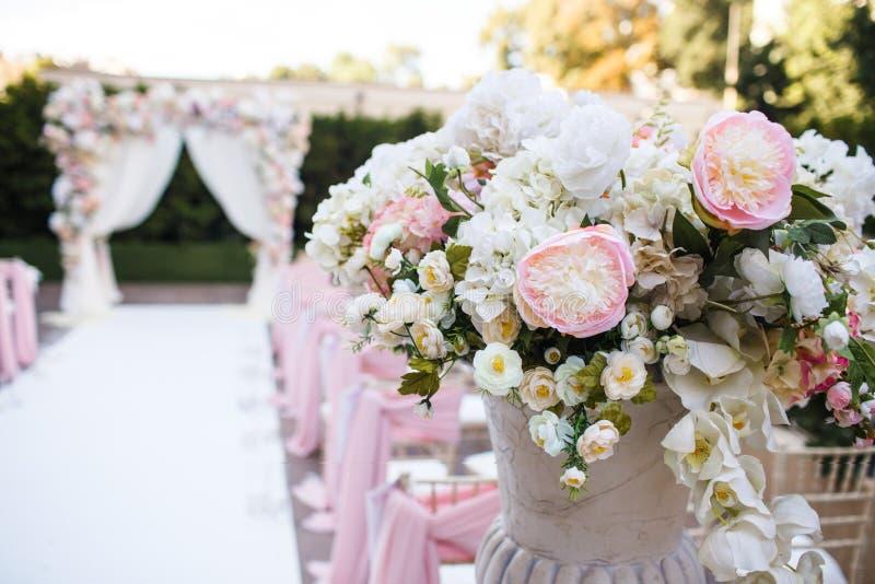 Ramo hermoso en un florero en una ceremonia de boda imagen de archivo