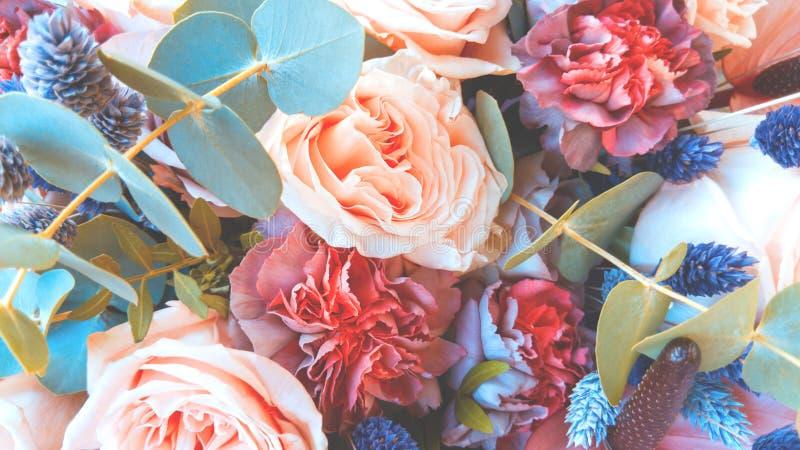 Ramo magnífico de rosas y de claveles con las flores secadas decorativas imagen de archivo libre de regalías