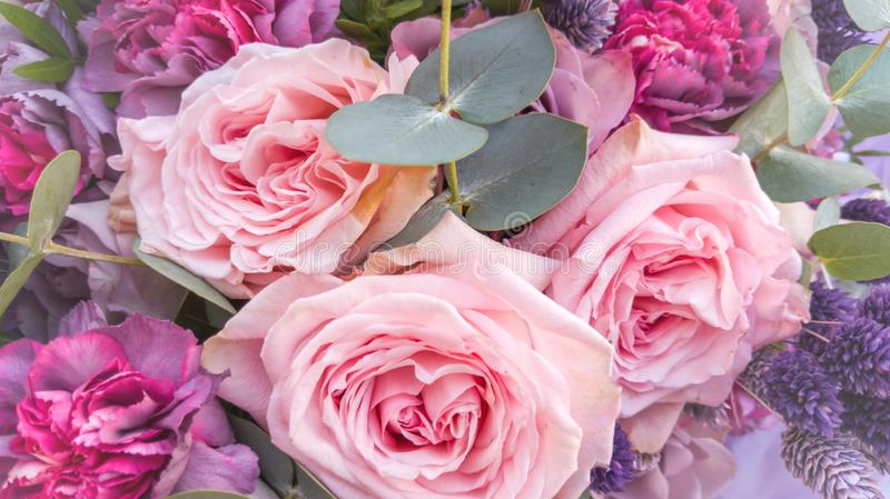 Ramo magn?fico de rosas y de claveles con las flores secadas decorativas fotografía de archivo libre de regalías