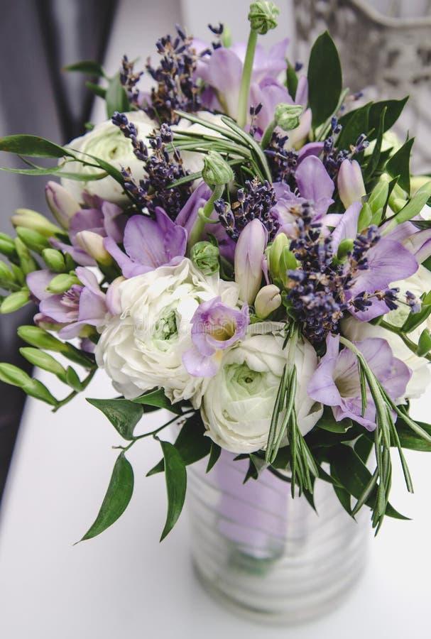 Ramo moderno de la novia de fresia violeta, peonías del ranúnculo del ranúnculo, hoja verde, lavanda de la lila, rosas, romero ad fotografía de archivo libre de regalías