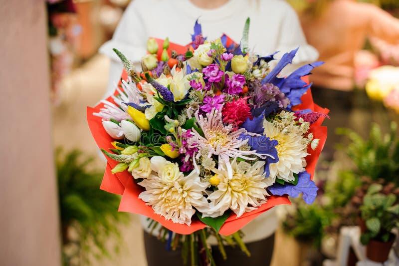 Ramo multicolor asombroso de la tarjeta del día de San Valentín de flores hermosas fotografía de archivo