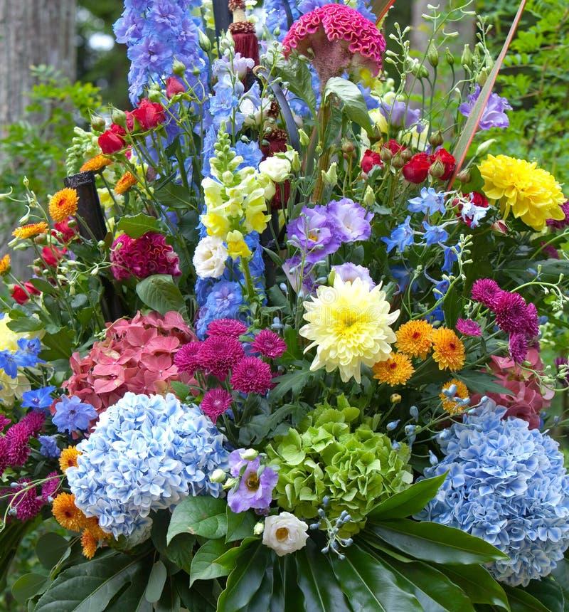 Ramo multicolor brillante hecho de diversas flores fotografía de archivo