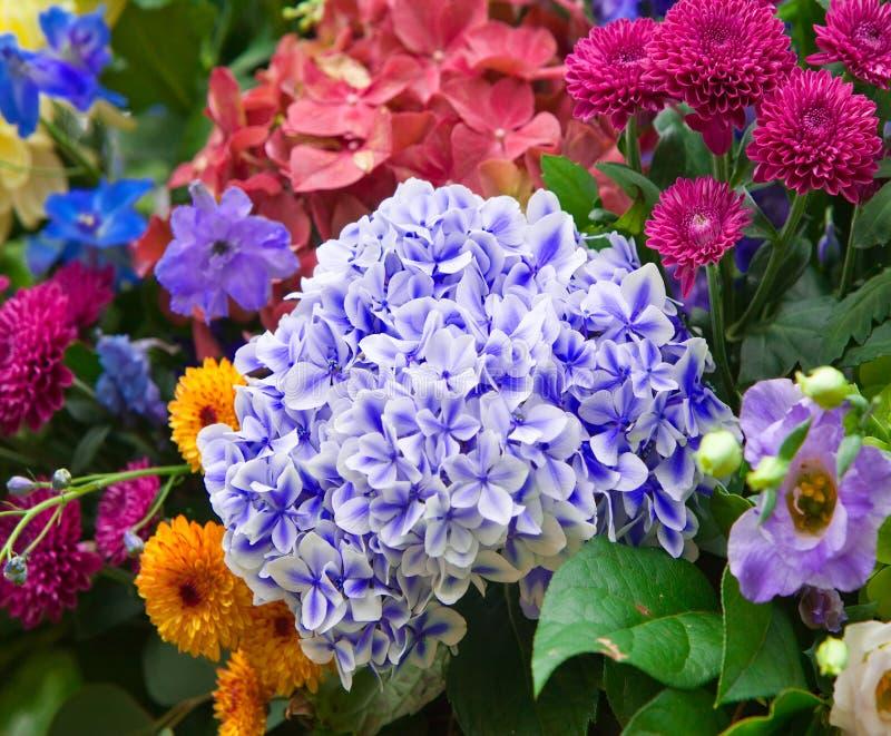 Ramo multicolor brillante hecho de diversas flores foto de archivo libre de regalías