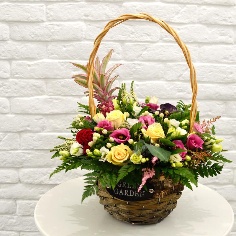 Ramo multicolor de flores en cesta fotografía de archivo