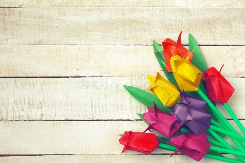 Ramo multicolor de la papiroflexia de los tulipanes en la tabla de madera blanca fotos de archivo