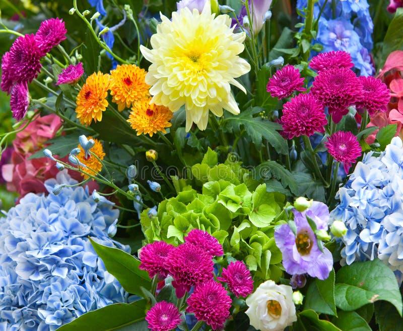 Ramo multicolor hecho de diversas flores fotografía de archivo libre de regalías
