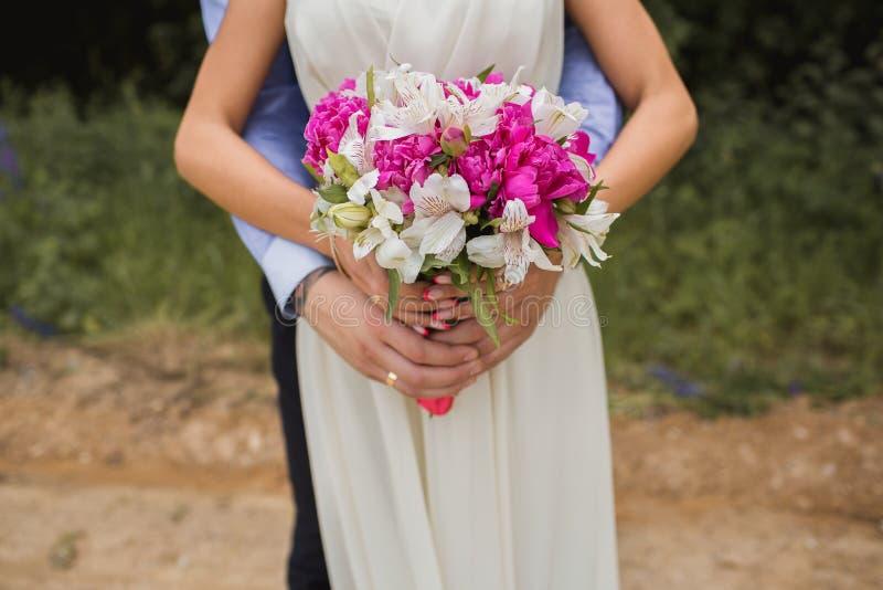 Ramo muy hermoso de la boda en las manos de la novia foto de archivo