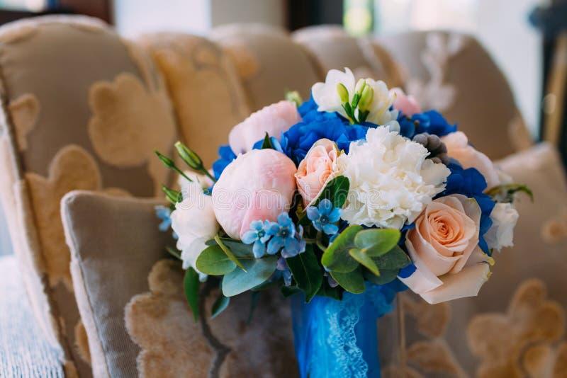 Ramo nupcial con las rosas y peonías cremosas y hortensias azules Mañana de la boda Primer fotografía de archivo libre de regalías