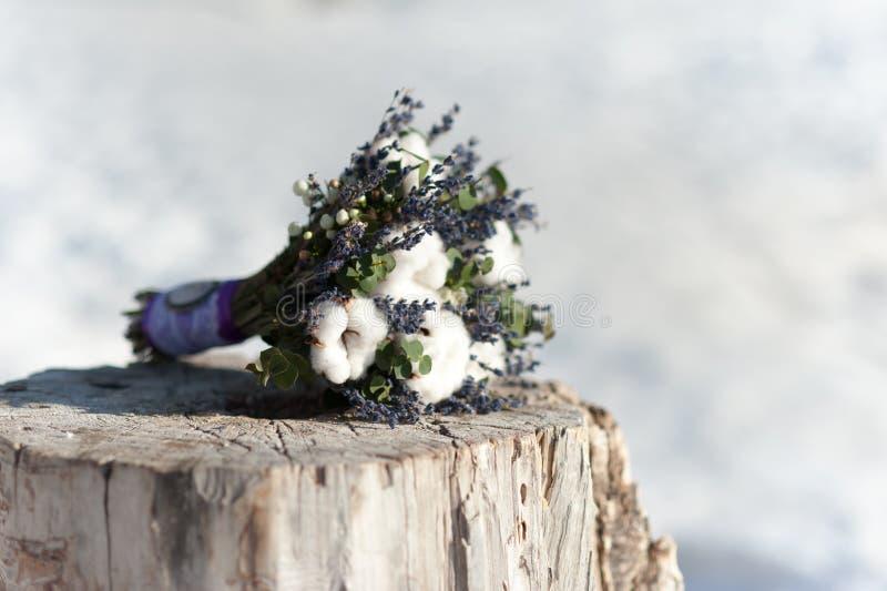 Ramo nupcial de la boda hermosa en un tocón del algodón y de las flores azules imágenes de archivo libres de regalías