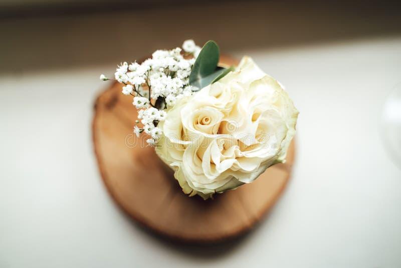 Ramo nupcial de rosas blancas frescas del verano fotos de archivo