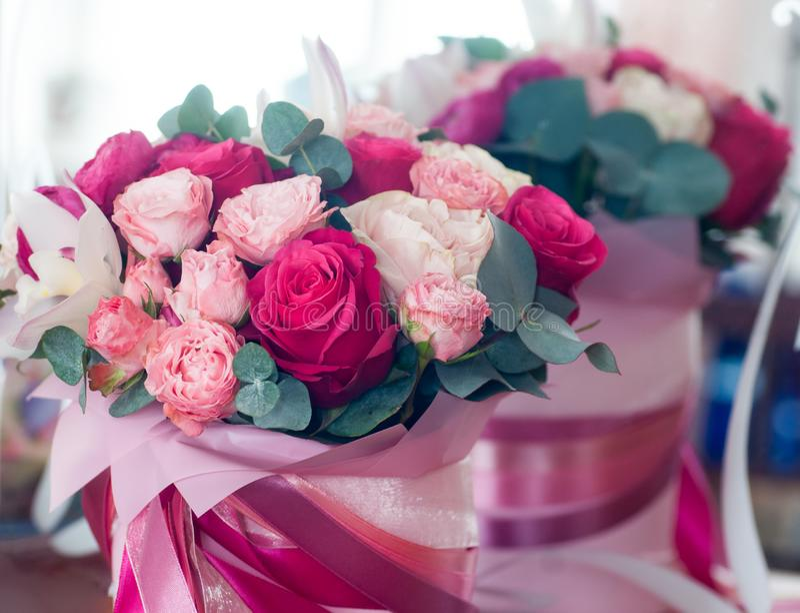 Ramo nupcial de rosas rojas, rosadas y blancas imagenes de archivo