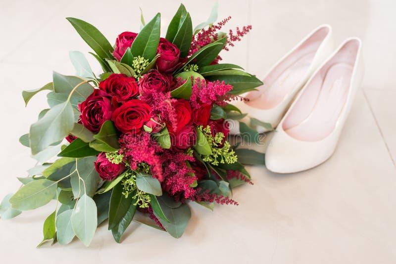 Ramo nupcial delicado, costoso, de moda de la boda de flores en marsala y color rojo Ramo de la boda con las rosas rojas y más ve foto de archivo