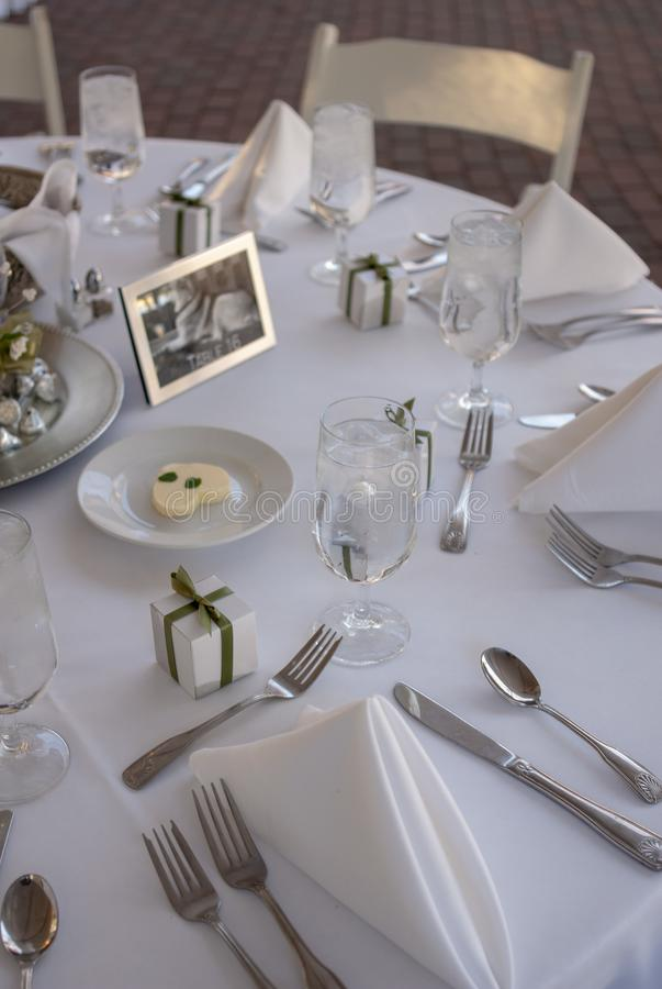 Ramo nupcial en florero en la tabla de la recepci?n fotos de archivo