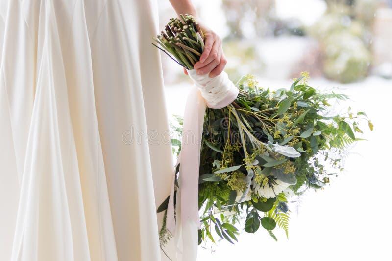 Ramo nupcial en la boda del invierno en Oregon imagen de archivo libre de regalías