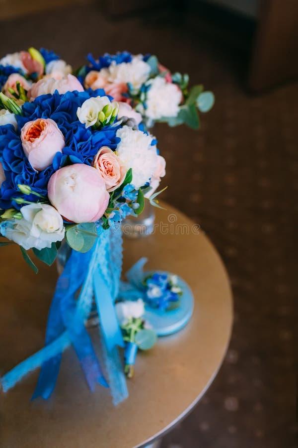 Ramo nupcial hermoso con las rosas y peonías cremosas y hortensias azules Mañana de la boda Primer imagenes de archivo