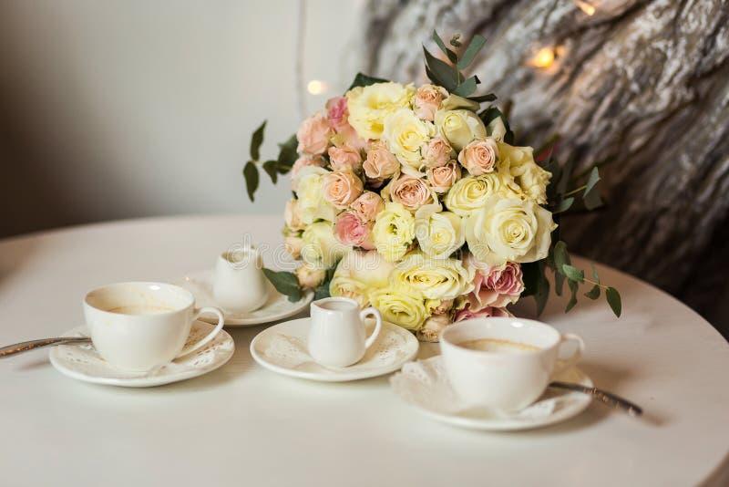 Ramo nupcial hermoso que miente en la tabla, una boda hermosa foto de archivo