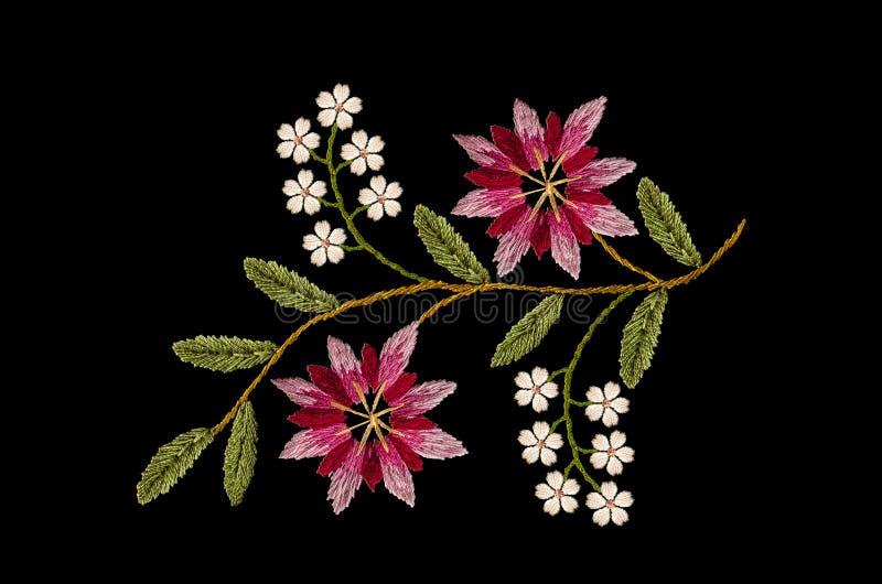 Ramo ondulado do bordado com centáureas vermelhas e roxas cor-de-rosa e as flores brancas delicadas no fundo preto ilustração royalty free