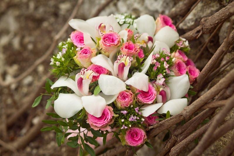 Ramo que se casa blanco y rosado con las rosas de la American National Standard de las orquídeas fotos de archivo libres de regalías