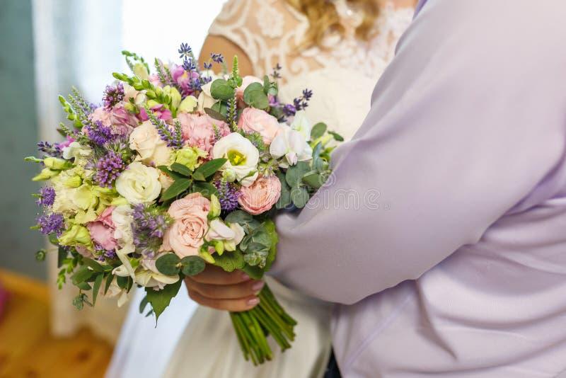 Ramo que se casa brillante de rosas y de orquídea rosadas blancas del verano con los wildflowers violetas fotos de archivo libres de regalías