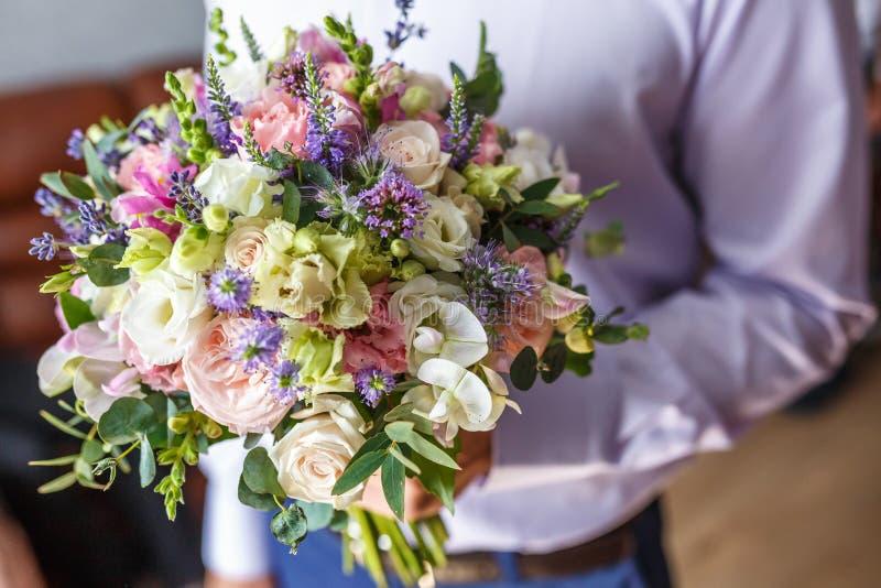 Ramo que se casa brillante de rosas y de orquídea rosadas blancas del verano con los wildflowers violetas imágenes de archivo libres de regalías
