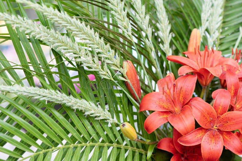 Ramo que se casa hermoso de lirios rojos frescos y de hojas verdes fotos de archivo