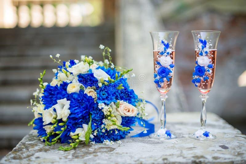 Ramo que se casa moderno hermoso de crisantemo azul, de fresia, de eustoma y de peonía Con casarse los vidrios del champán foto de archivo libre de regalías