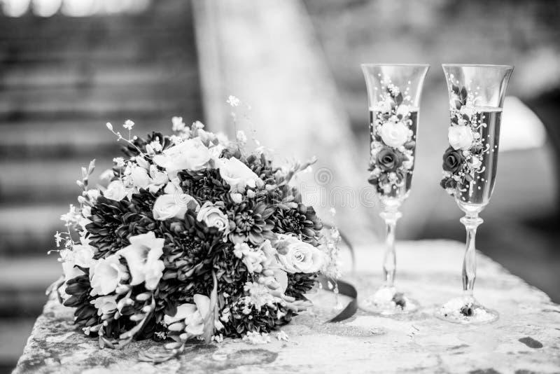 Ramo que se casa moderno hermoso de crisantemo azul, de fresia, de eustoma y de peonía Con casarse los vidrios del champán imágenes de archivo libres de regalías