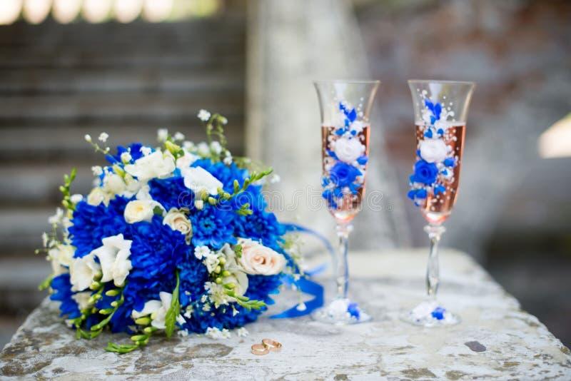 Ramo que se casa moderno hermoso de crisantemo azul, de fresia, de eustoma y de peonía Con casarse los vidrios del champán imagen de archivo