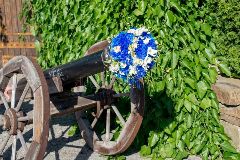 Ramo que se casa moderno hermoso en un cañón del crisantemo azul, de la fresia, del eustoma y de la peonía fotos de archivo