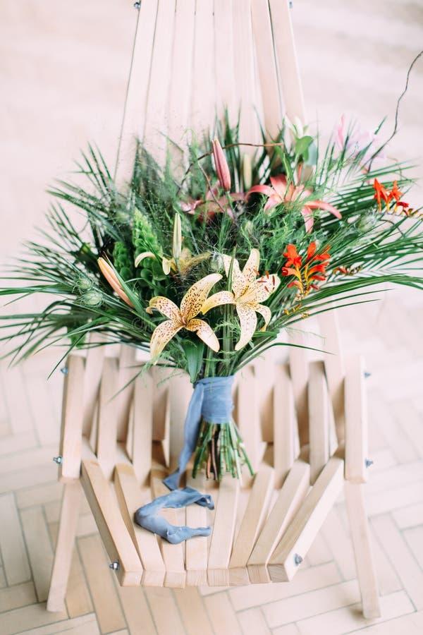 Ramo que se casa tropical hermoso en la silla imagen de archivo