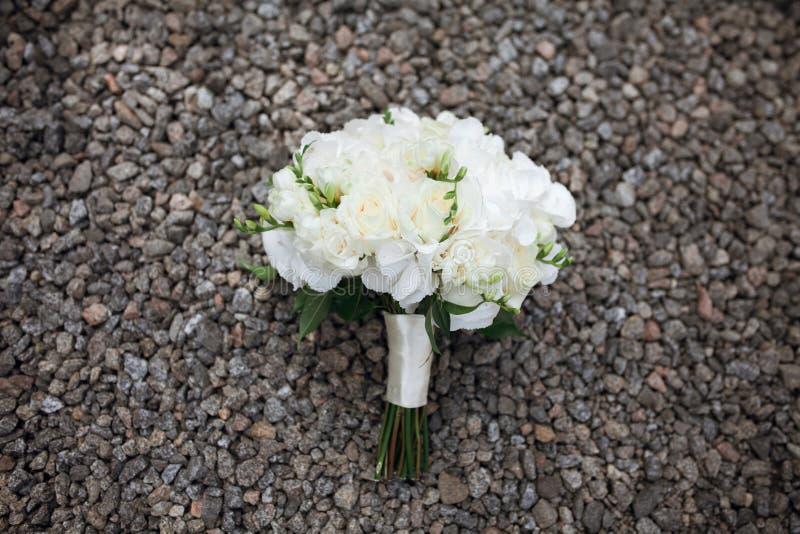 Ramo rústico adornado de la boda que sorprende de rosas blancas en gris imagen de archivo libre de regalías